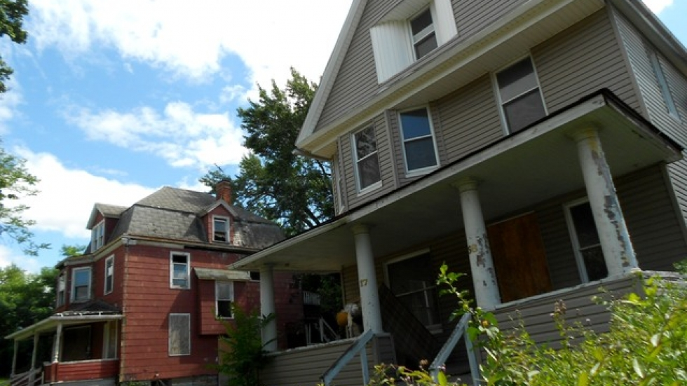 Two foreclosed properies in East Cleveland (pic: Brian Bull, ideastream)