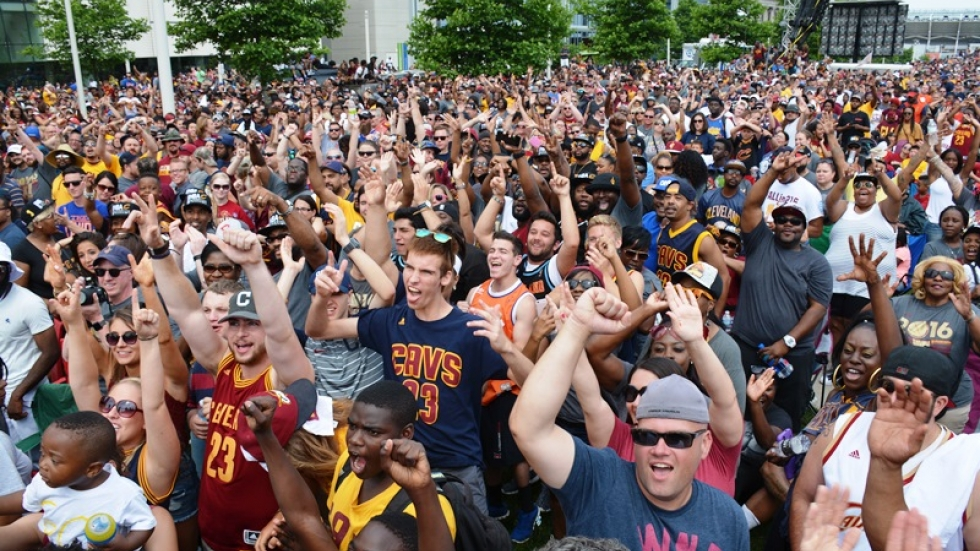 Thousands of fans waited in the sun on Mall B to see the Cavs.