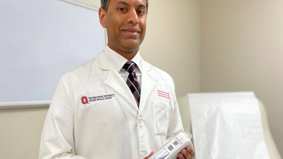 Dr. Sitaramesh Emani holds the Bellerophon INOpulse delivery system that helps COVID-19 patients breathe.