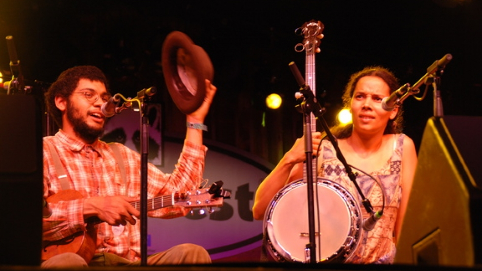 Dom Flemons and Rhiannon Giddens – Dom plays guitar and banjo