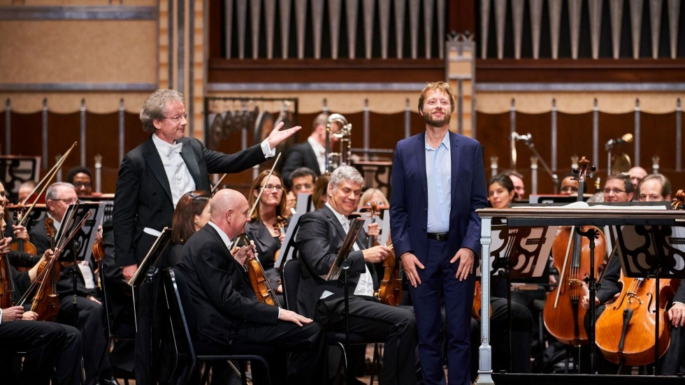 Franz Welser-Möst introduces composer Johannes Maria Staud © Roger Mastroianni, Courtesy of The Cleveland Orchestra