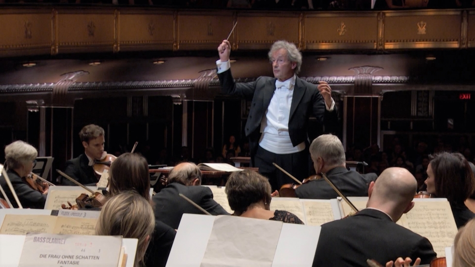 Franz Welser Möst conducting the Cleveland Orchestra