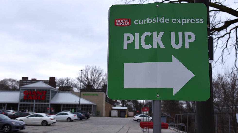 curbside pickup sign with an arrow in front of the Giant Eagle grocery store in Lakewood