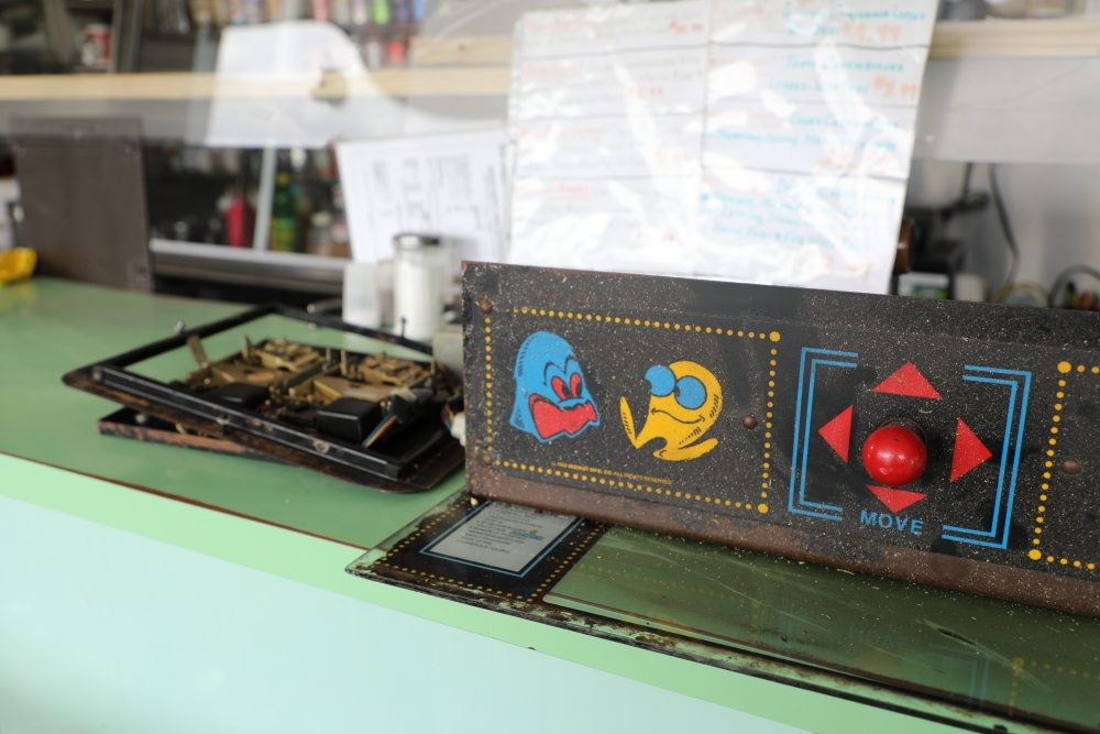 A photograph shows a vintage Pac-Man machine at Bob & Sheri's 49er Restaurant in Cleveland